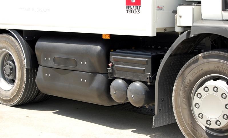 Renault Trucks D Wide CNG zaopatrzony jest wzbiorniki gazu sprężonego podciśnieniem 200 bar opojemności do800 l = 160 m3 = 120 kg. Zasięg roboczy wwarunkach miejskich wynosi do400 km (fot.Renault Trucks)
