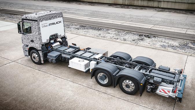 Czy możliwy jest przeskok wtransporcie ciężkim zklasycznego silnika Diesla nanapęd elektryczny zpominięciem rozwiązania pośredniego, jakim jest napęd hybrydowy? Wszystko wskazuje nato, żetak, leczrealne perspektywy rynkowe pojawią się najprawdopodobniej poroku 2020 (fot.Daimler)