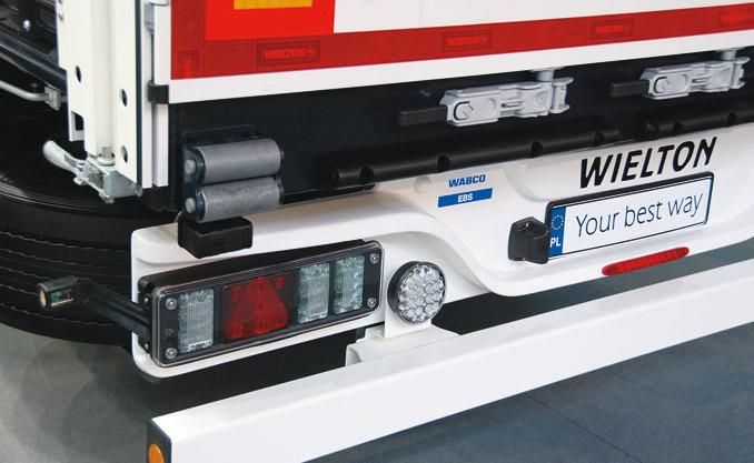 Zmodernizowana belka tylna ma teraz dodatkowe światło cofania, ochronę zapewniają rollstopy, aopcjonalnie można zamontować czujniki cofania WABCO tailGuard (fot.Wielton)