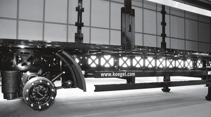 W naczepie Kögel Light Plus przeprojektowano całą konstrukcję ramy: dzięki wykonaniu zwysokowytrzymałej stali drobnoziarnistej jest lżejsza, nieco gęściej zostały rozmieszczone poprzeczki, zastosowano również własne osie KTA (fot.D. Piernikarski)