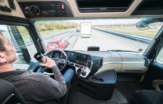 Po połączeniu wkonwój samochody poruszają się wtrybie autonomicznym – prowadzi pierwszy pojazd, wzajemna łączność sprawia, żewszystkie sprzężone zesobą ciężarówki natychmiast reagują nanieprzewidziane okoliczności, akierowca jest niemal zwolniony zprowadzenia (fot.Mercedes-Benz)