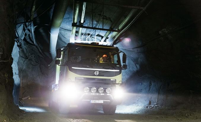"""Specjaliści zVolvo Trucks uważają, żeciężarówki autonomiczne najszybciej znajdą zastosowanie wprzestrzeniach ograniczonych, takich jak np.kopalnie; potwierdziły totesty autonomicznego modelu FMX, którego""""oczami"""" były m.in.czujniki LIDAR (fot.Volvo Trucks)"""