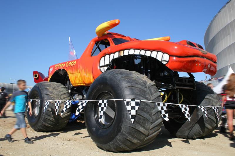 Produkowane nazamówienie opony tych pojazdów ważą ok. 360 kg, ich średnica wynosi168 cm, aszerokość 109 cm. Nazdj. El Toro Loco podczas Pit Party (fot.K.Biskupska)