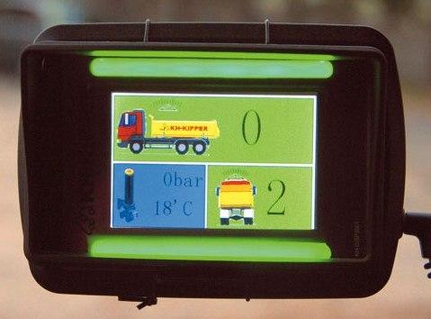Elektroniczny system mierzenia przechyłu wywrotki nabieżąco pokazuje wzdłużny ipoprzeczny kąt nachylenia pojazdu, temperaturę iciśnienie oleju. Przekroczenie wartości dopuszczalnych jest sygnalizowane alarmem (fot.D. Piernikarski)