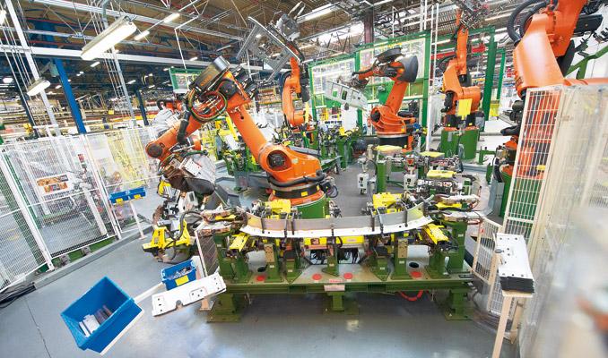 150 nowoczesnych robotów spawalniczych wykonuje body-in-white, czyli szkielet kompletnej kabiny z230 części składowych, które łączone są przez3000 punktów – zgrzein (fot.Renault Trucks)