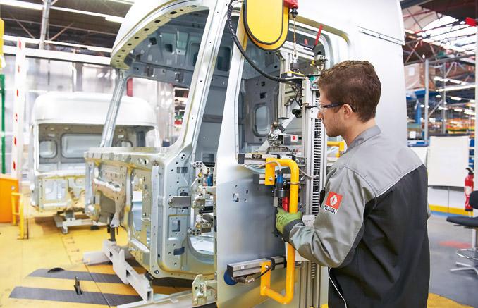 Kolejne fazy produkcji szkieletu kabiny tom.in.: zgrzewanie podłogi, panel tylny, panele boczne, ściana przednia, montaż główny, prace wykończeniowe wewnętrzu, założenie dachu, wykańczanie, montaż drzwi (fot.Renault Trucks)