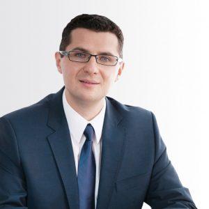 Łukasz Chwalczuk jest prezesem zarządu Ogólnopolskiego Stowarzyszenia Pracodawców Transportu Nienormatywnego iczłonkiem zarządu Europejskiego Stowarzyszenia Przewoźników Nienormatywnych